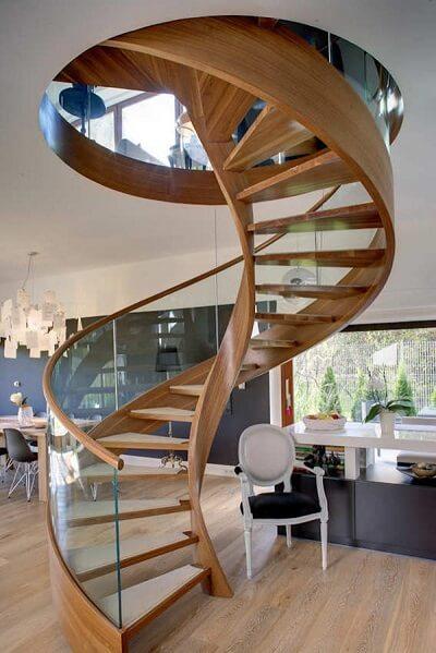 Escada de madeira em formato de caracol
